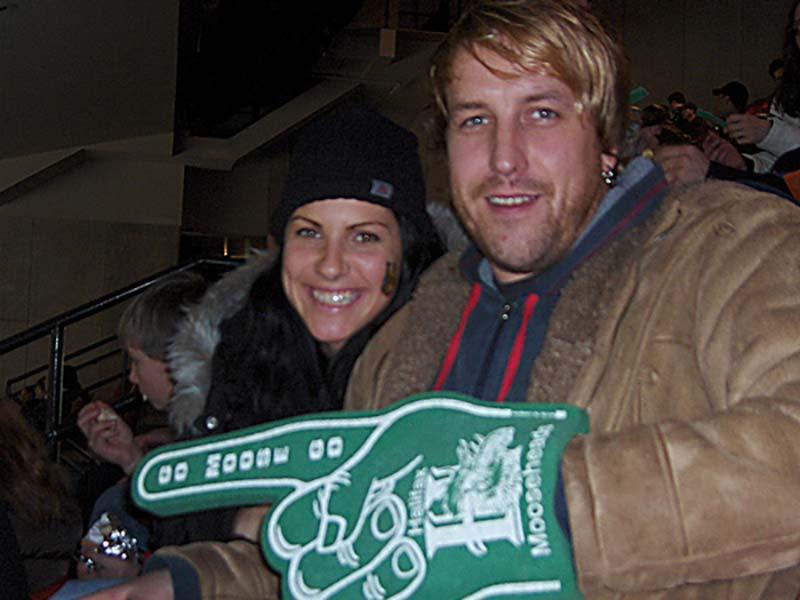 Anne und Bunki mit dem typischen Icehockey Fanartikel