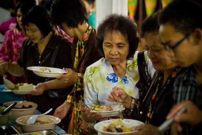 Frauen am Essentisch, Iban Longhouse, nahe Betong, Borneo