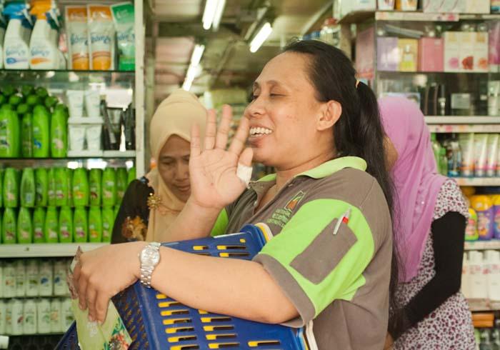 Frauen im Supermarkt, Sandakan, Borneo, Malaysia