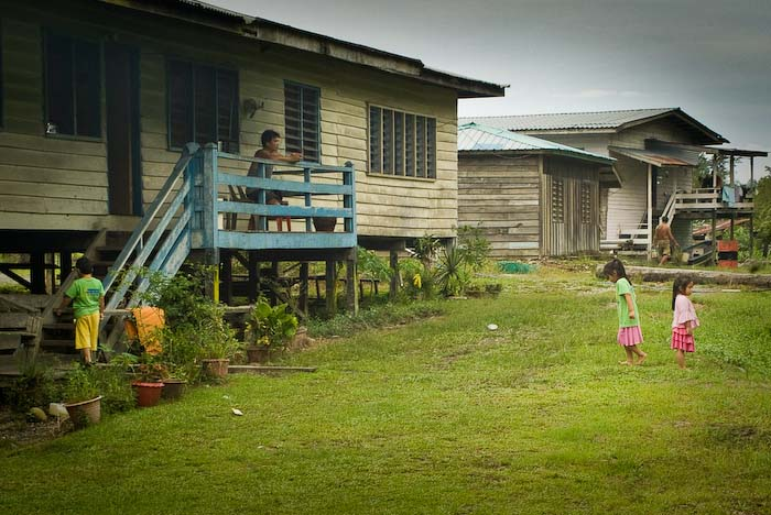 Häuser am Flussufer, Mulu Nationalpark, Borneo, Malaysia
