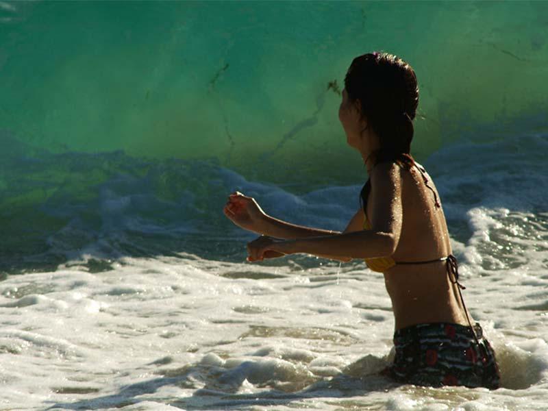Jessy rennt zur Welle