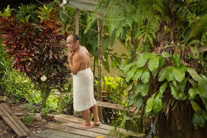 Joseph auf dem Weg zum Fluß zum Waschen, Mulu, Borneo Malaysia