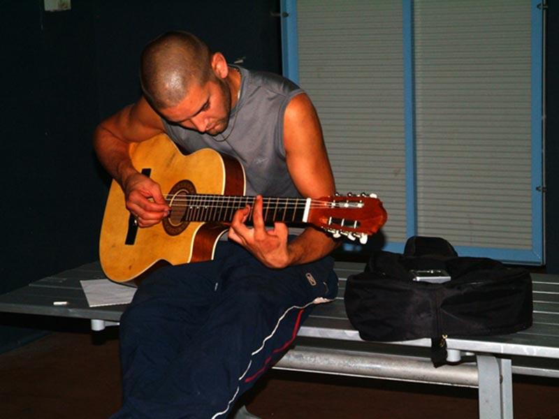 Ken spielt seine Gitarre, Home Hill, Queensland