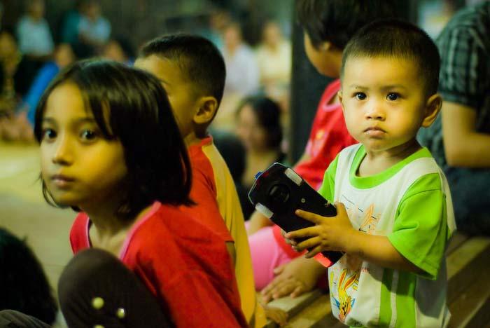 Kinder, Iban Longhouse, nahe Betong, Borneo
