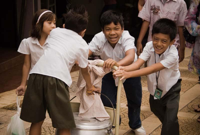Kinder schieben Kochtopf, KL, Malaysia