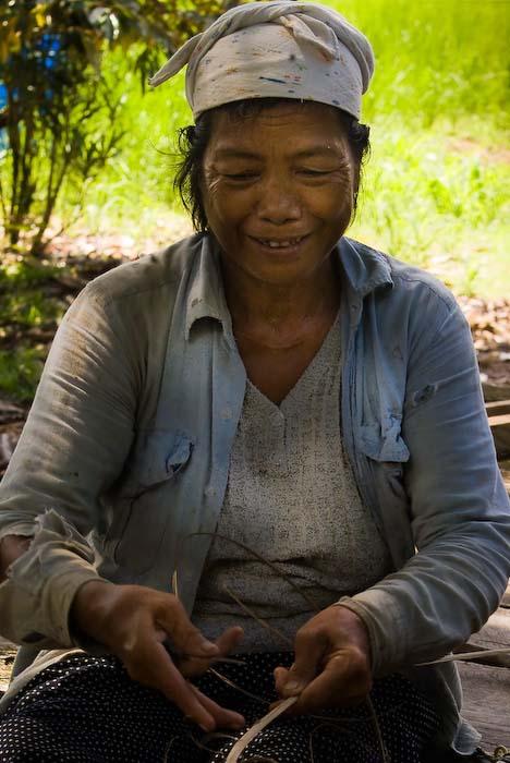 Lanan bei der Flechtarbeit, Mulu Nationalpark, Borneo, Malaysia