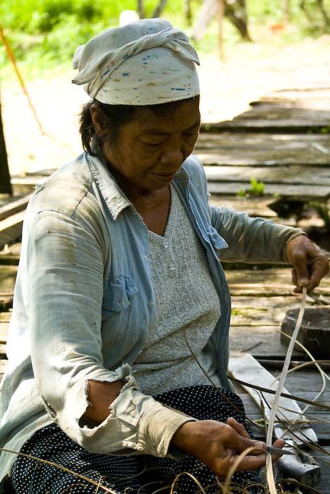 Lanan beim Flechten einer Matte, Mulu Nationalpark, Borneo, Malaysia