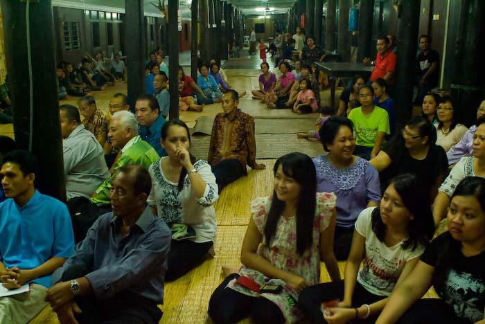 Leute hoeren die Ansprache, Iban Longhouse, nahe Betong, Borneo