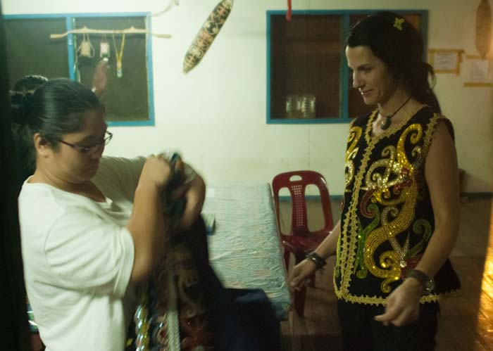 Lisa hilft Anne, Mulu, Borneo Malaysia