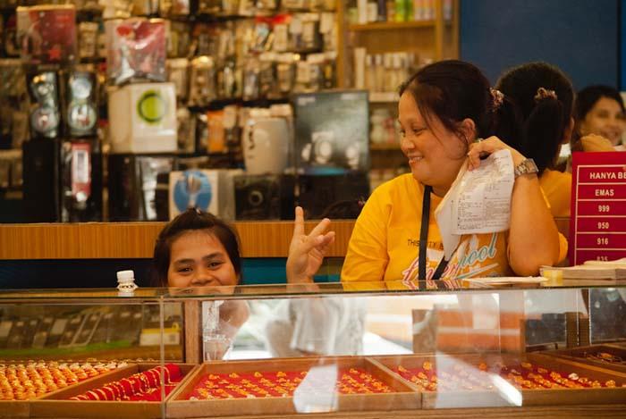 Junge Frauern im Geschäft, Sandakan, Borneo, Malaysia