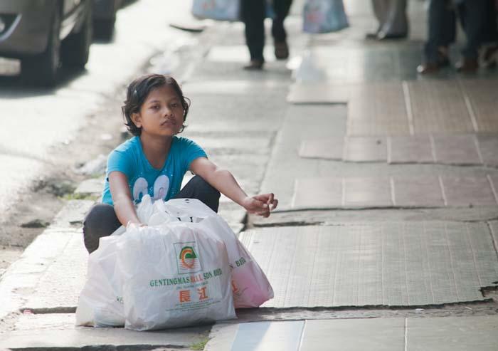 Kind wartet auf die Mutter, Sandakan, Borneo, Malaysia
