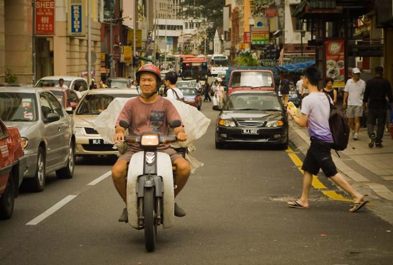 Mann auf dem Moped, KL, Malaysia