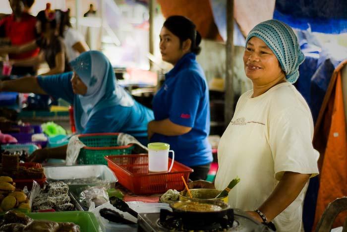 Marktfrau nahe Kuching, Sarawak, Borneo