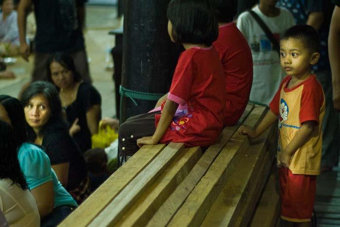 Mutter und Kinder, Iban Longhouse, nahe Betong, Borneo