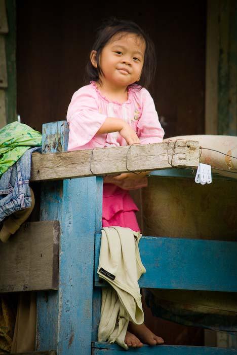 Nachbars Mädchen posiert, Mulu Nationalpark, Borneo, Malaysia
