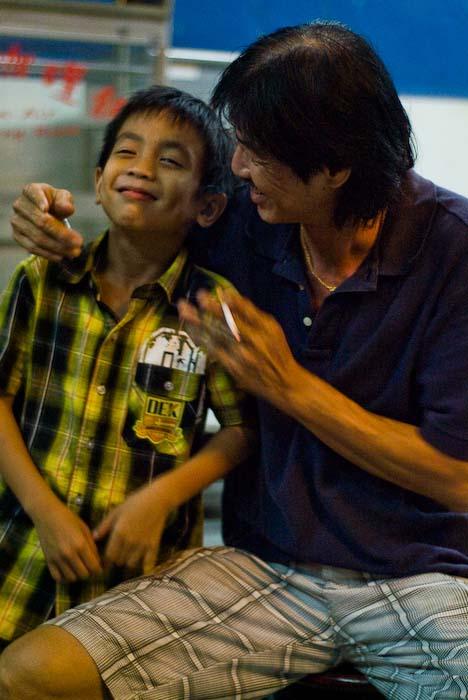 Opi Victor mit Enkel Aiman, Kuching, Borneo, Malaysia
