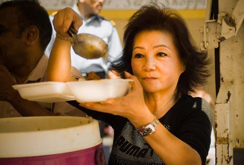 Rentnerin verteilt kostenloses Essen, KL, Malaysia