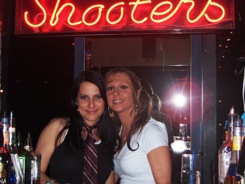 Annes Night Job an der Shooter Bar