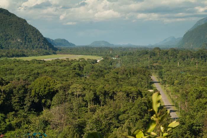 Straße und Landebahn in Mulu, Borneo Malaysia