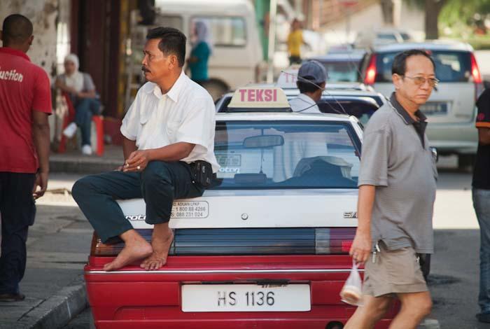 Taxifahrer wartet auf Kunden, Sandakan, Borneo, Malaysia
