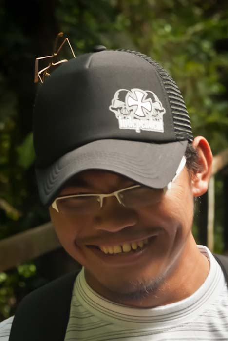 Unser Guide John mit einem Stockinsekt auf dem Kopf, Mulu, Borneo Malaysia