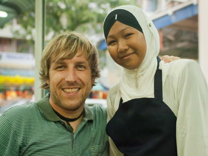 Bunki mit der Kellnerin, Sandakan, Borneo, Malaysia