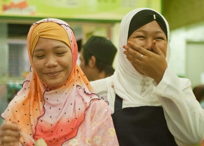 Zwei Kellnerinnen in unserem Lieblings-Restaurant, Sandakan, Borneo, Malaysia