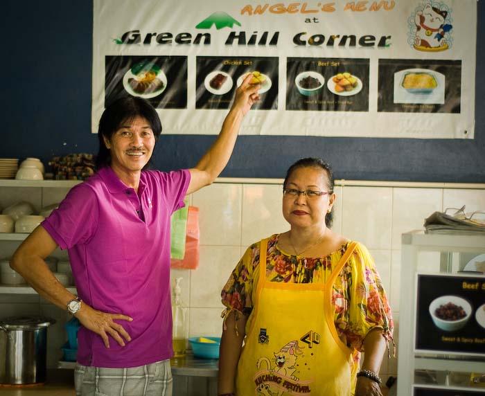Victor und Angeli stolz in ihrem Restaurant, Kuching, Borneo, Malaysia