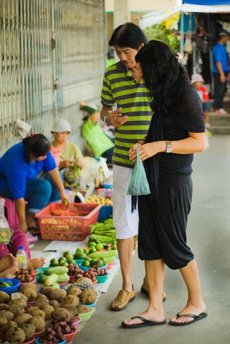 Victor zeigt Anne seltenes Obst, Markt nahe Kuching, Borneo
