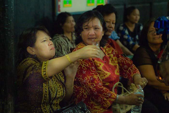 Whiskey schmeckt ihr nicht, Iban Longhouse, nahe Betong, Borneo
