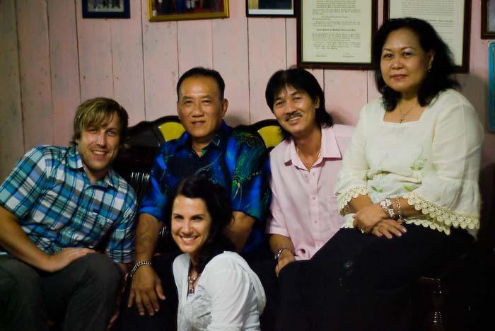 Wir mit Victor, Angel und dem Chief des Langhauses, Iban Longhouse, nahe Betong, Borneo