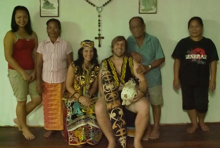 Wir mit der Familie in ihren Hochzeitssachen, Mulu, Borneo Malaysia