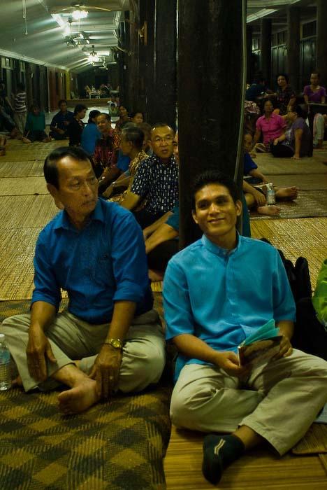 Zwei Maenner warten auf den Beginn, Iban Longhouse, nahe Betong, Borneo