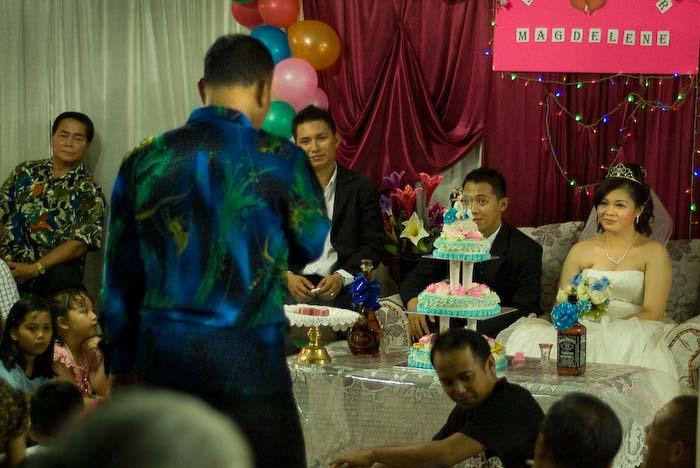 der Haeuptling redet ueber das Brautpaar, Iban Longhouse, nahe Betong, Borneo