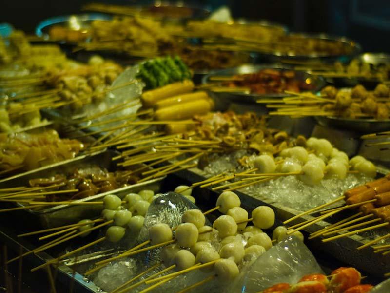 verschiedene Spiesse beim BBQ, Kuala Lumpur, Malaysia