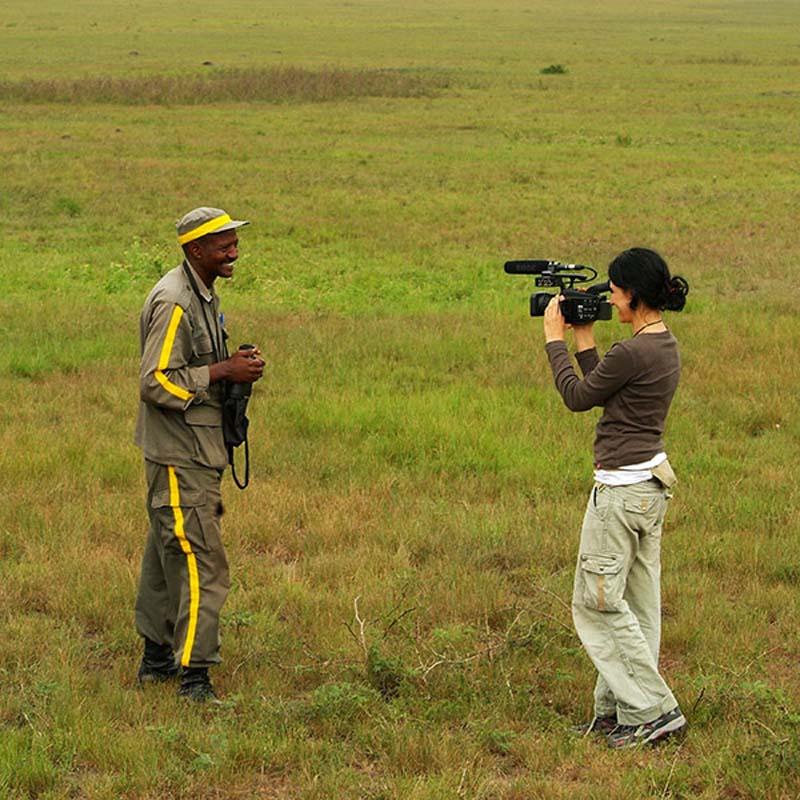 Anne filmt unseren Guide Emanuelle, Akagera Park, Ruanda