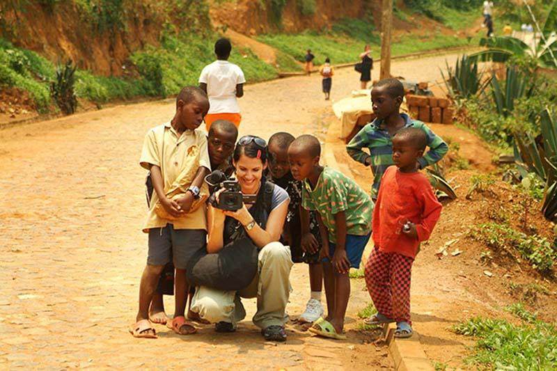 Anne mit der Kamera und einigen Interessierten, Kigali, Ruanda