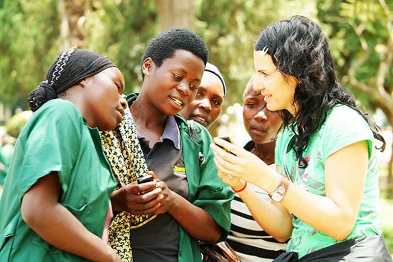 Anne tauscht Telefonnummern, Gisenye, Ruanda