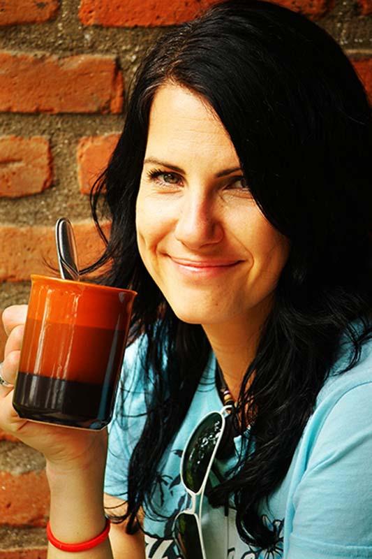 Anne trinkt Kaffee, Gisenye, Ruanda