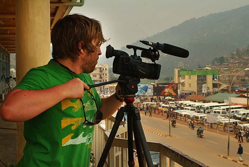 Bunki filmt den Busbahnhof vom Balkon, Kigali, Ruanda