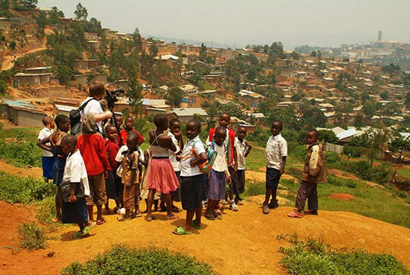 Bunki filmt die Dächer Kigalis, Ruanda