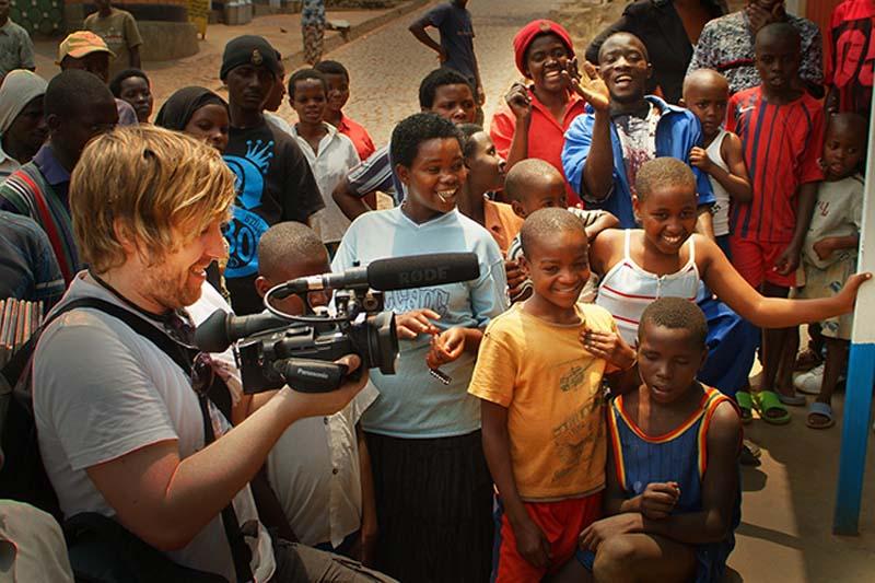 Bunki filmt einen Musikanten, Kigali, Ruanda