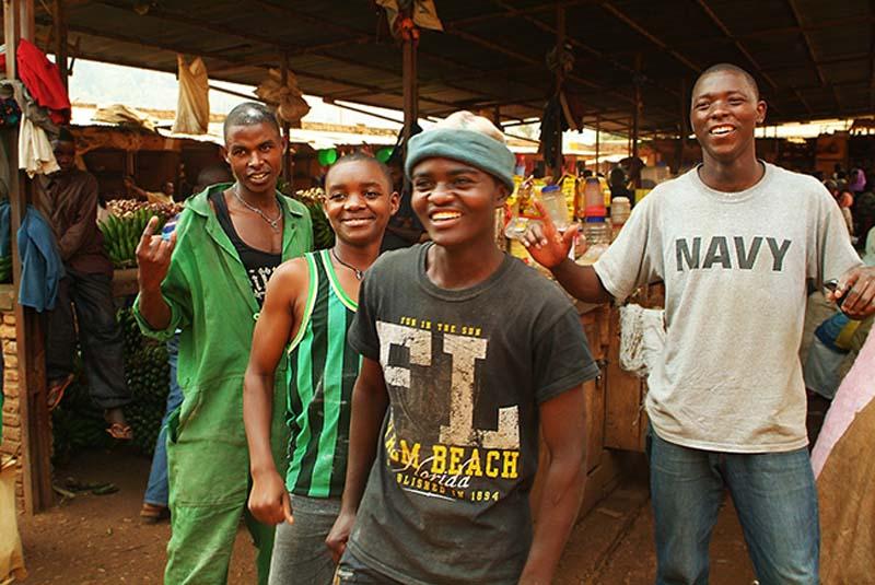 Bunkis Brothers vor der Fotosession, Kigali Markt, Ruanda