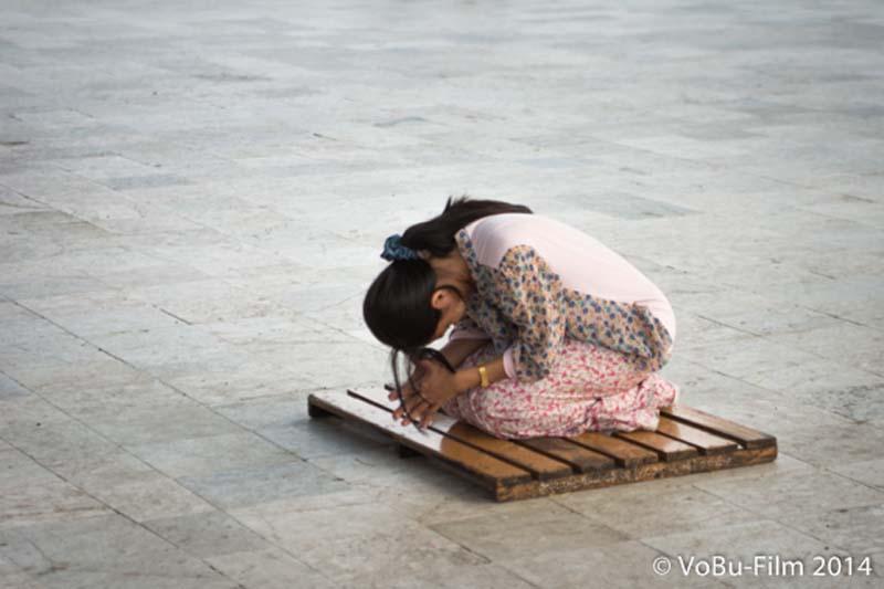 Frau betet, Shwedagon Pagoda, Yangon, Myanmar