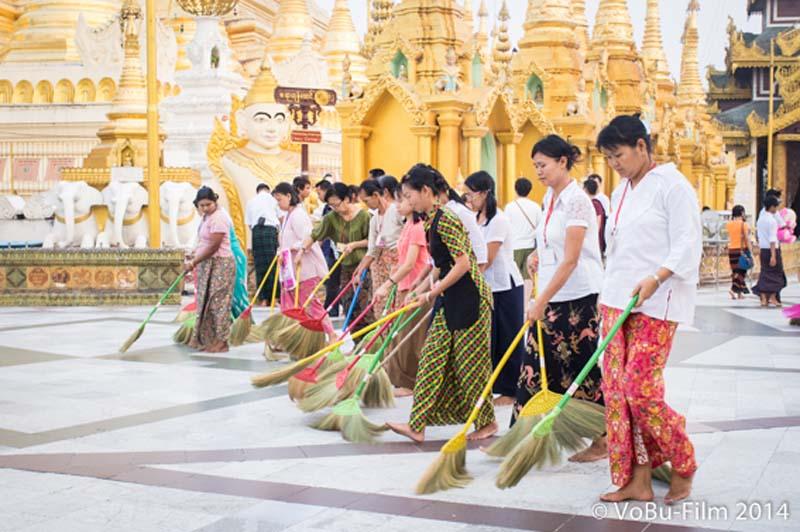 Frau fegen (warum auch immer) vor der Shwedagon Pagoda, Yangon, Myanmar