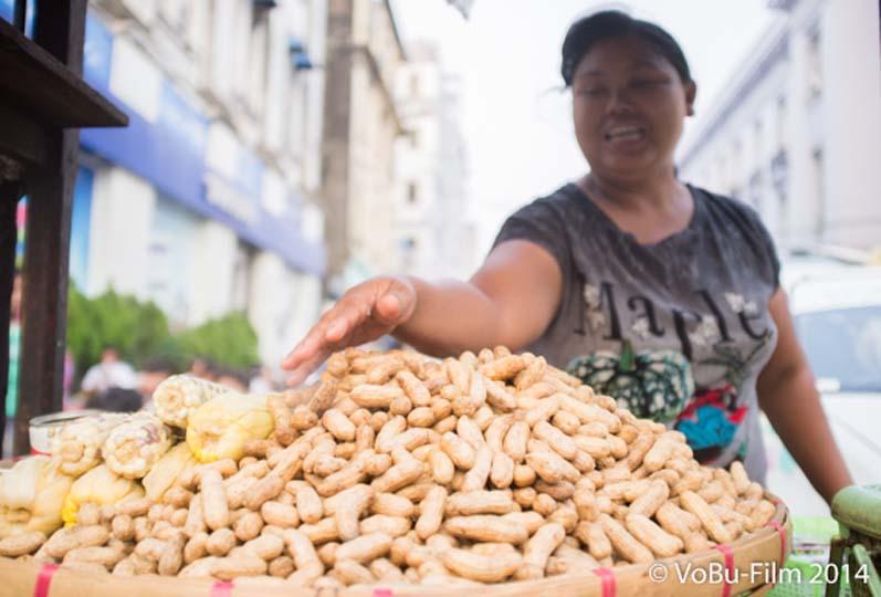 Frau verkauft Erdnuesse, Yangon, Myanmar