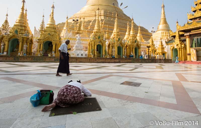 Frau vor Shwedagon Pagoda, Yangon, Myanmar