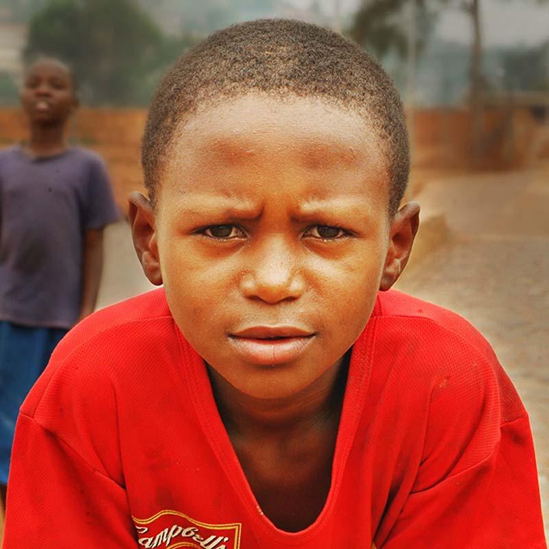 Junge in rotem Shirt, Kigali, Ruanda
