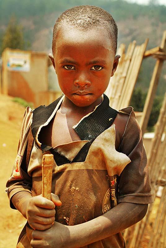 Junge mit Besenstiel, Kigali, Ruanda