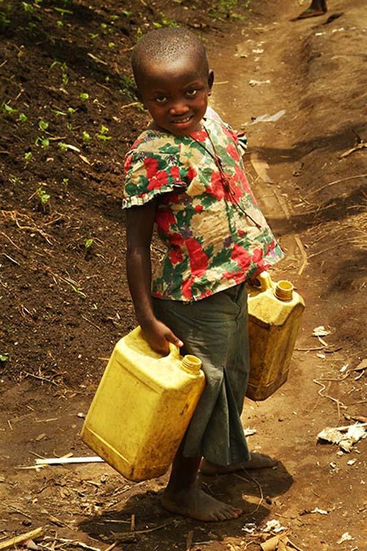 Mädchen mit Wasserkanistern, Gisenye, Ruanda